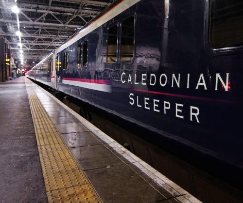 Le Caledonian Sleeper relie Londres à l'Ecosse. Ici en gare d'Edimbourg Waverley (photo Norm via flickr CC BY-NC-SA 2.0)