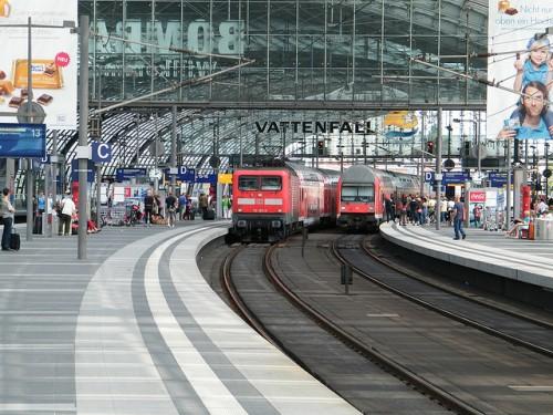 L'Allemagne s'était déjà engagée dans le rail de proximité (Berlin-Hbf, photo cc flickr kaffeeeinstein)