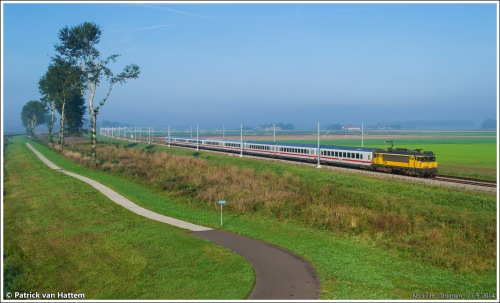 """Pays-Bas/Allemagne : locomotive 1739 des NS en tête de l'IC 143 (Amsterdam Centraal - Berlin Ostbahnhof) le 27 septembre 2014. Voitures allemandes de type A et Bpmz, en livrée """"ICE"""" et qui passent les frontières sans problèmes ( photo dePatrickvH.via flickrCC BY-ND 2.0)"""