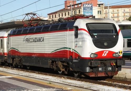 """Trenitalia aligne, au-delà de ces services à grande vitesse, une gamme de """"Frecciabianca"""", des rames tractées par les lélégantes E402B, qui en arbore le label (photo de Marco 56 via flickr CC BY 2.0)"""
